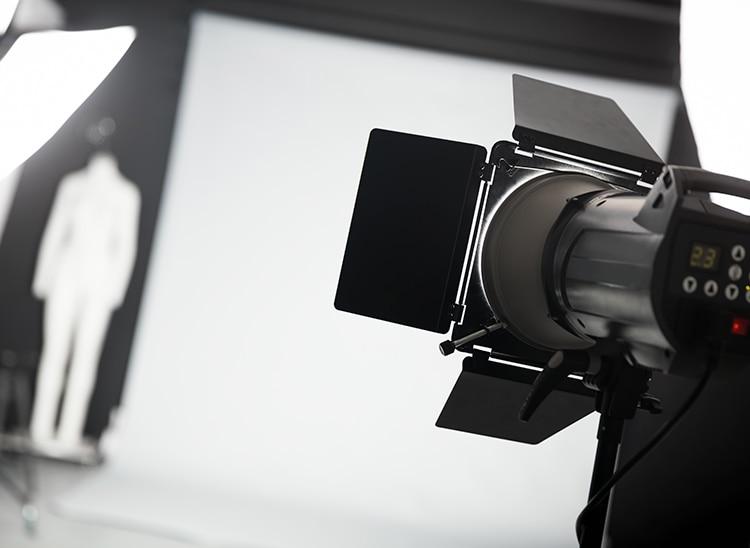 Tipos de luces en cine, desde el contraluz hasta la luz de relleno