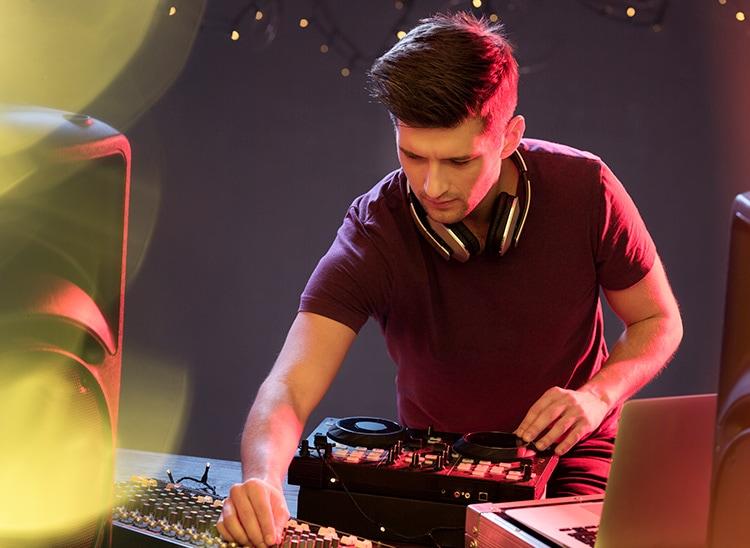 Cuánto cobra un DJ: descubre su salario