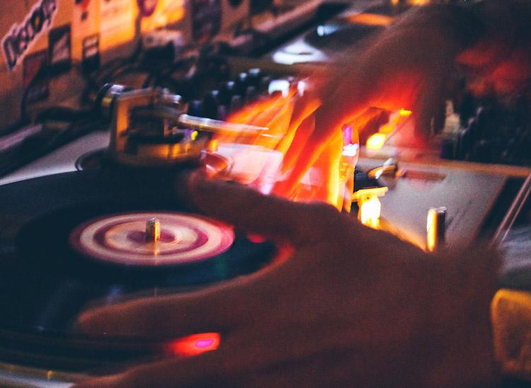 Diccionario DJ: ¿Qué es warm up?