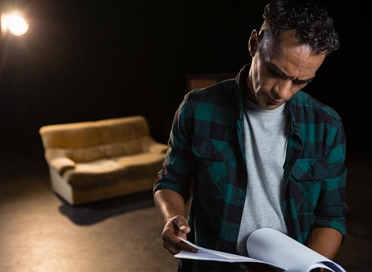 ¿Qué son las acotaciones en un guion de cine u obra de teatro?
