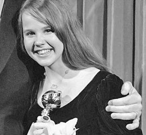 Linda Blair con un globo de Oro